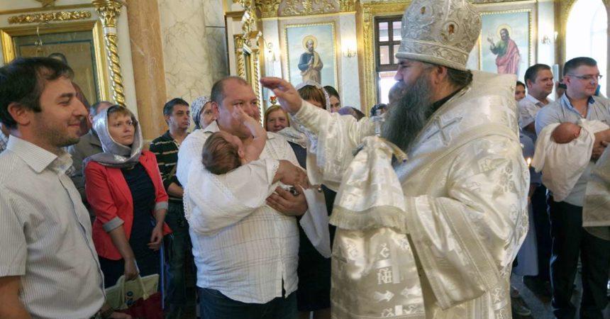 Глава Нижегородской митрополии совершил крещение младенцев из многодетных семей