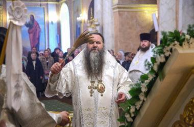 Митрополит Георгий совершил Царские часы, Божественную литургию и Великое освящение воды
